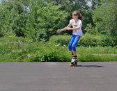Teenage girl practising her rollerblading — ストック写真