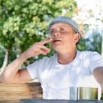 muž sedí venku kouření — Stock fotografie