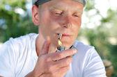 Retrato de un fumador enciende un cigarrillo — Foto de Stock