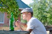 酒とタバコを楽しむ若い男 — ストック写真