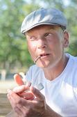 Hombre encendiendo un cigarrillo — Foto de Stock