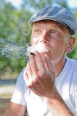 Człowiek paląc na papierosa domowe — Zdjęcie stockowe
