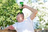 Ciddi bir alkol sorunu olan adam — Stok fotoğraf