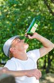 Hombre de mediana edad adicto bebiendo vino blanco — Foto de Stock
