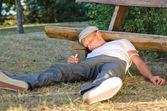 Verslaafd man gevallen neer op de grond — Stockfoto
