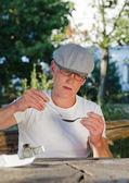 Verslaafd man een spuit te vullen met oplosbare heroïne — Stockfoto