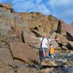 Vater und Sohn auf einem Felsvorsprung Berg — Stockfoto