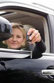 žena drží klíče od auta — Stock fotografie