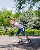 十几岁的女孩滑轮在滑板公园 — 图库照片