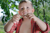 Little boy with an earthworm in his hands — Stock Photo