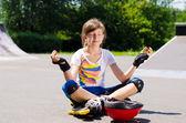 Muito jovem adolescente sentado meditando — Fotografia Stock