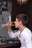 彼のビールを飲みに集中して男 — ストック写真