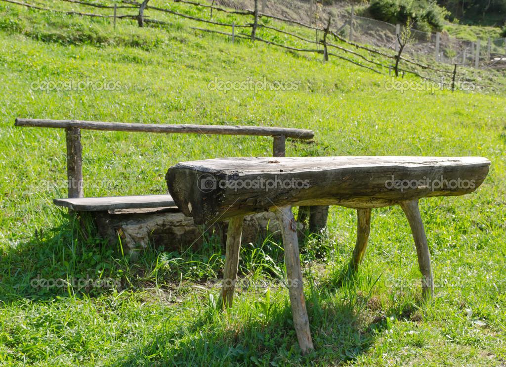 Panca e tavolo in legno rustico — Foto Stock © ampack #37272261