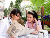 Two women having a meeting outdoors — Stock Photo