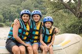 Dos mujeres y un niño va rafting — Foto de Stock