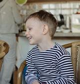 Pequeno menino sentado rindo — Fotografia Stock