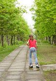 Atlético adolescente andar de patins no parque — Fotografia Stock