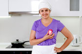 Smiling chef holding up a sliced red onion — Stock Photo