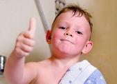 Bel ragazzino con un grande sorriso felice — Foto Stock