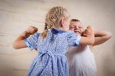 Liten flicka och pojke kämpar — Stockfoto