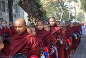 AMARAPURA, MYANMAR - JAN 15 : Buddhist novices walk to collect a — Stock Photo