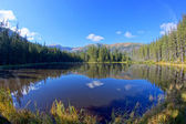 Reflejo en el lago smreczynski en el valle de koscieliska, mou tatras — Foto de Stock