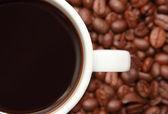 Xícara de café com grãos de café — Fotografia Stock