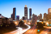 Cars on a freeway traveling through downtown at night. — Stock Photo