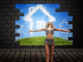 Dziewczyna pozuje na nierównej ściany — Zdjęcie stockowe