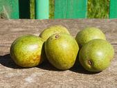 Zielone orzechy włoskie na stole — Zdjęcie stockowe