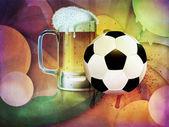 öl glas och soccer ball — Stockfoto