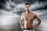 Passform och muskulös man poserar — Stockfoto