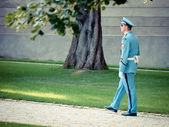 Guard walks thorugh the gardens of Prague Castle — Stock Photo