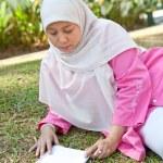 Beautiful mature Muslim woman enjoying the park with a book — Stock Photo