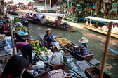 Bangkok August 2008. Busy sunday morning at Damnoen Saduak floating market. Locals selling fresh produce, cooked food and souvenirs while tourist waits of boats — Stock Photo