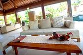 Impostazione di bella spa lounge nei tropici — Foto Stock