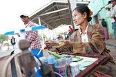 Yangon, myanmar - jan 30: rušné pouliční prodejce prodává snídaně a betel listy v yangon autobusové nádraží, leden 30, 2010 v myanmaru (barmě). — Stock fotografie