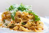 макароны вкусные феттучине с вялеными помидорами и ракета листьями — Стоковое фото