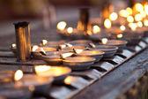 Stovky olejových lamp lemují modlitba zdi, obklopující centrální pagoda v shwedagon pagoda, yangon, myanmar — Stock fotografie