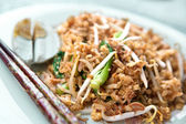 Delicious stir fried oriental noodles with baby bok choi and bean sprouts. — Stock Photo