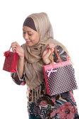鮮やかな色の買い物袋と美しいイスラム教徒女性 — ストック写真