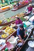 BANGKOK THAILAND - JAN 20. Busy sunday morning at Damnoen Saduak floating market, Bangkok Thailand Jan 20 , 2010. Locals selling fresh produce, cooked food and souve — Stock Photo