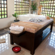 Beautiful spa therapy room with wooden windows in Bali - Foto Stock
