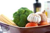 Spaghetti et légumes prêts pour cuisine italienne — Photo