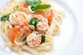 Lahodné krevety a špenát s fettuciny. — Stock fotografie
