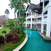 Landscape swimming pool within compound of tropical resort hotel. — Stock Photo