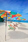 Escapada idílica isla tropical con tumbonas en la playa de arena blanca — Foto de Stock