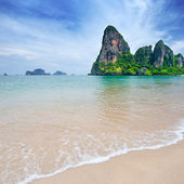 Beautiful beach with crystal clear blue waters of the Andaman sea — Stock Photo