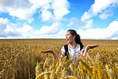 Beautiful young girl in the middle of a wheat field. — Stock Photo