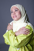Beautiful Muslim woman in traditional Malay clothing and scarf — Stock Photo